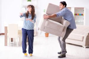 家具を運んでいる写真
