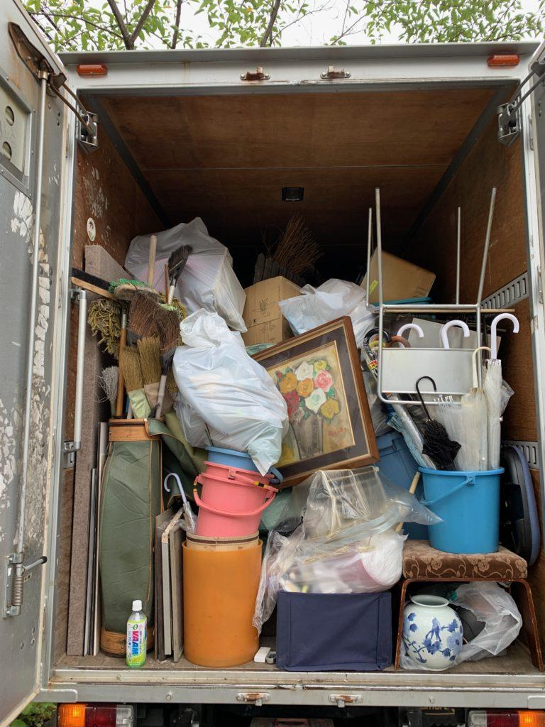 品川区のダンス教室のガレージの不用品を積んだトラックの写真