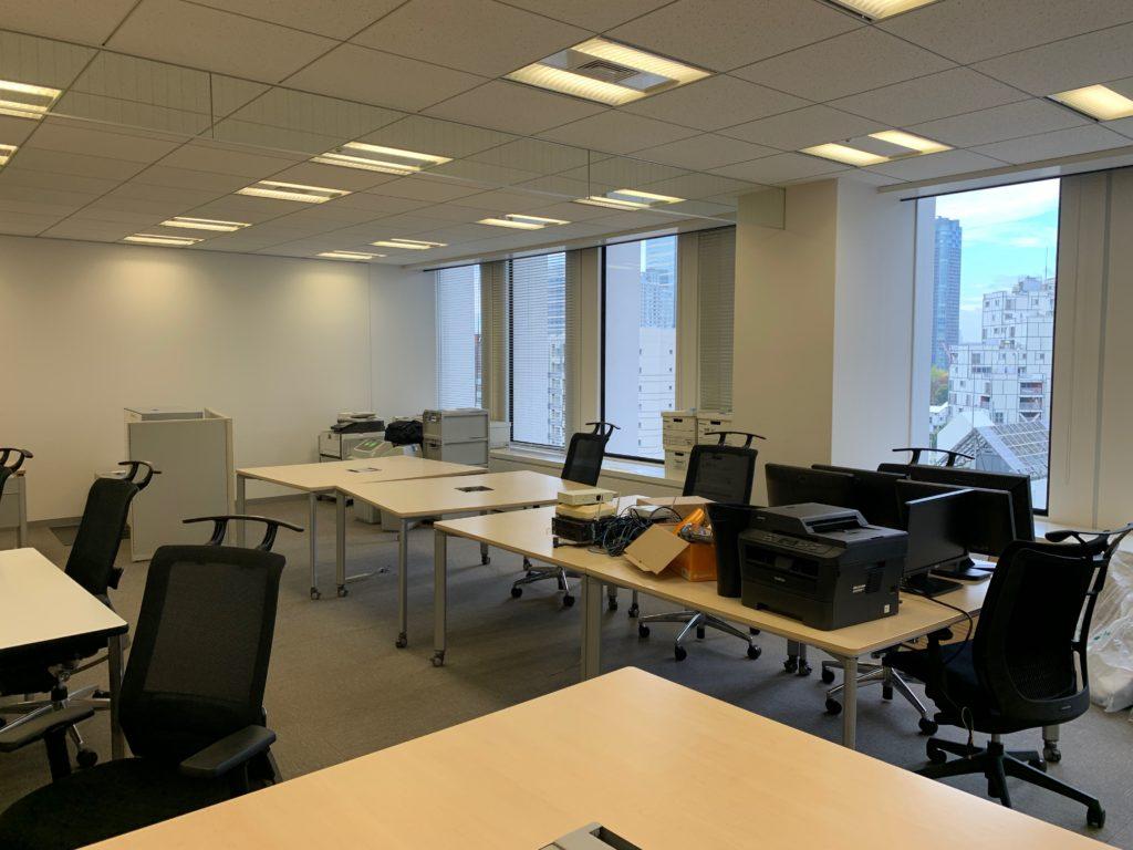 江東区のオフィス(事務所)の不要なオフィス家具の撤去回収前の写真1