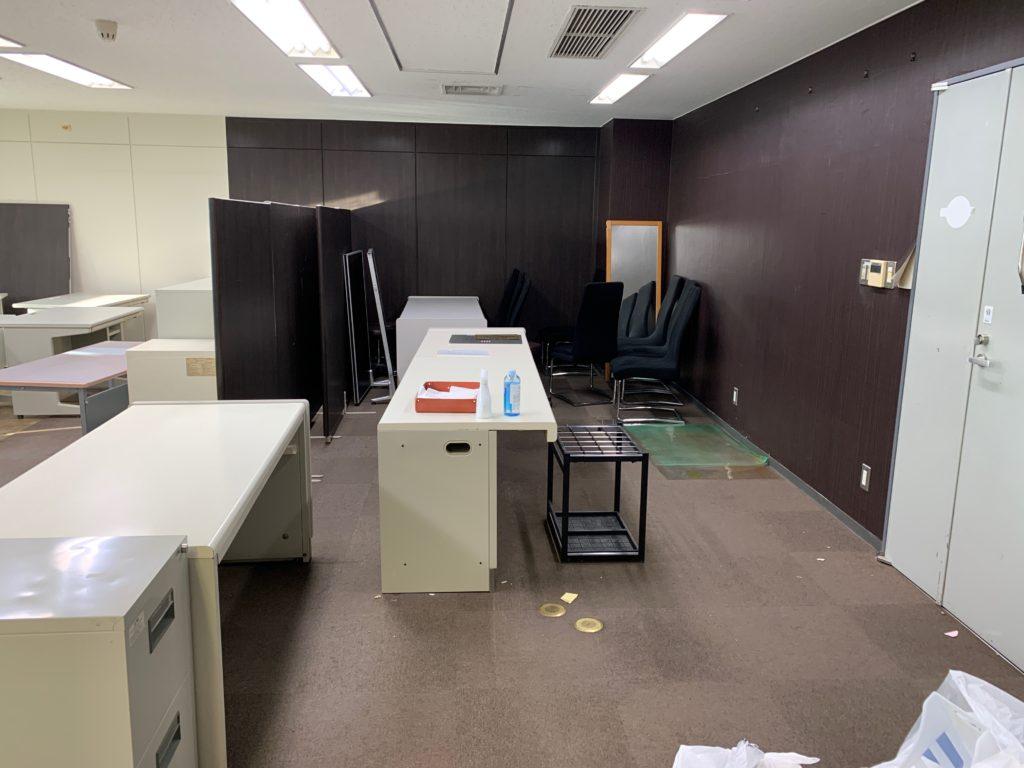 千代田区のオフィス移転の為のオフィス家具(残置物処分)回収前の写真1