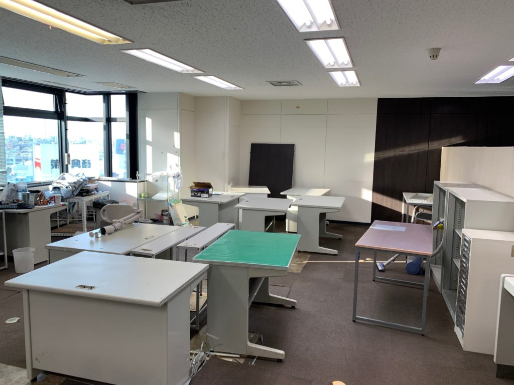 千代田区のオフィス移転の為のオフィス家具(残置物処分)回収前の写真2