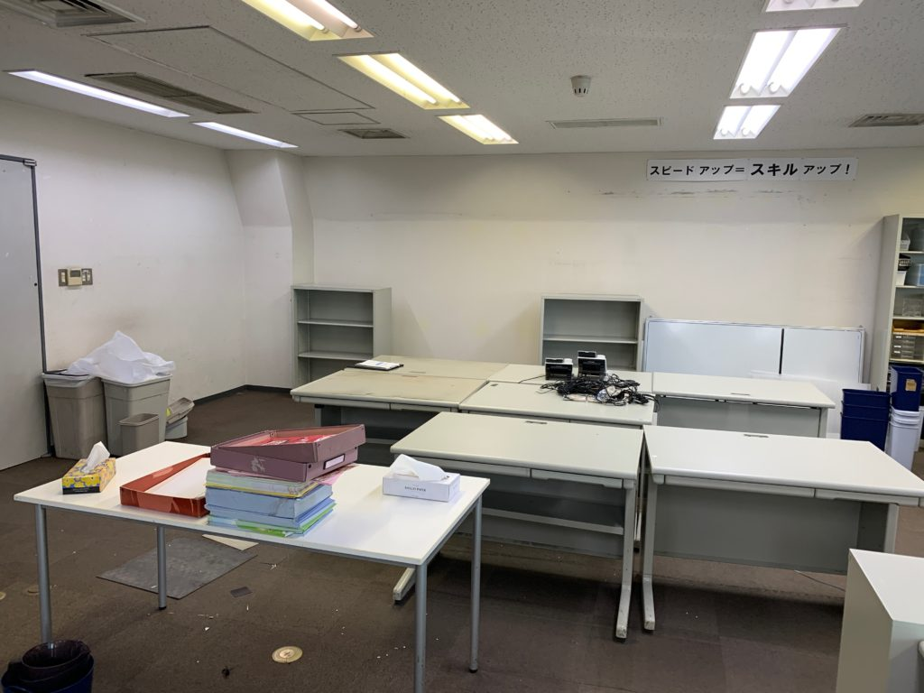 千代田区のオフィス移転の為のオフィス家具(残置物処分)回収前の写真4