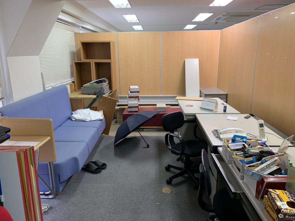 東京支店撤退によるオフィス封鎖のためオフィス家具などの残置物を回収(中野区)前の写真2
