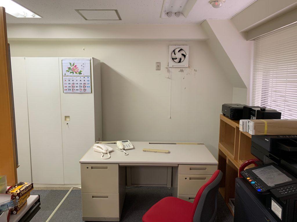東京支店撤退によるオフィス封鎖のためオフィス家具などの残置物を回収(中野区)前の写真3