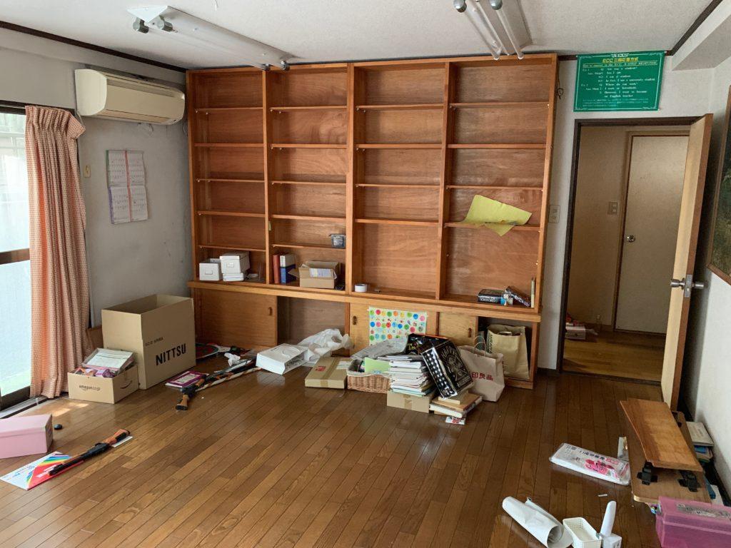 三回建戸建ての残置物処分前の写真(一階部屋1)港区