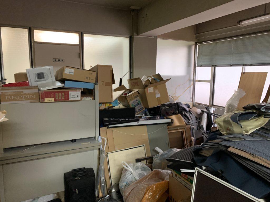 オフィスにある残置物の回収前の写真4。新宿区