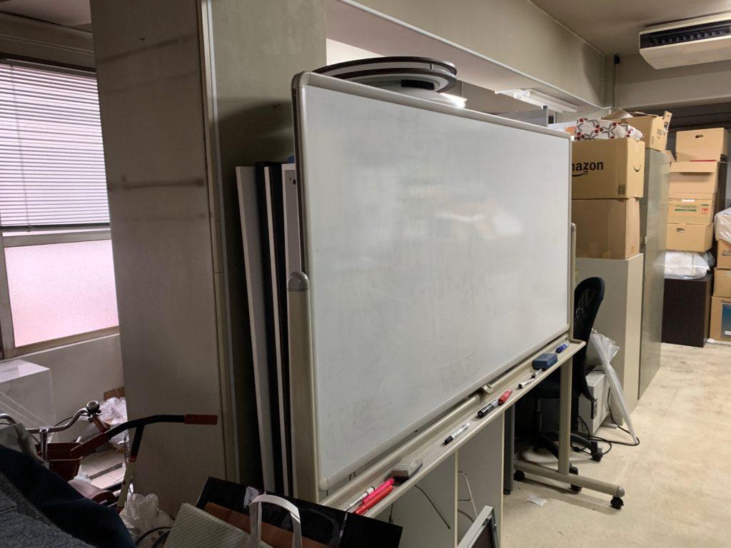 オフィスにある残置物の回収前の写真3。新宿区