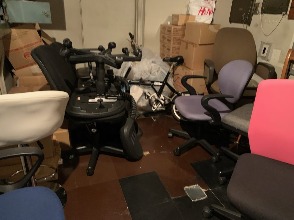 オフィスにある残置物の回収前の写真6。新宿区