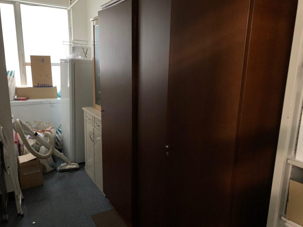 オフィスにある残置物の回収前の写真1。新宿区