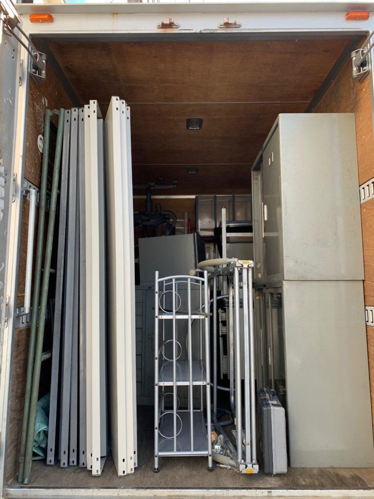 閉業のためオフィス什器などをトラックに積んだ写真(品川区)